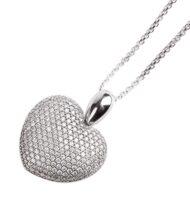 Zawieszka w kształcie serca z białego złota wysadzana brylantami