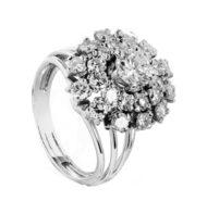 Pierścionek z białego złota z diamentami w kształcie rozety
