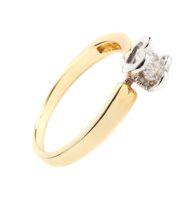 Pierścionek w żółtym złocie z brylantem zakutym w serca